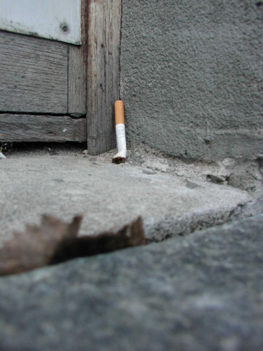 Sneip liggende i vindu. En av de ansatte i bygningen røkte i en periode kun en halv sneip i hver røykepause. Uvist om det var for å begrense røykingen eller for å spare på de dyre sigarettene.