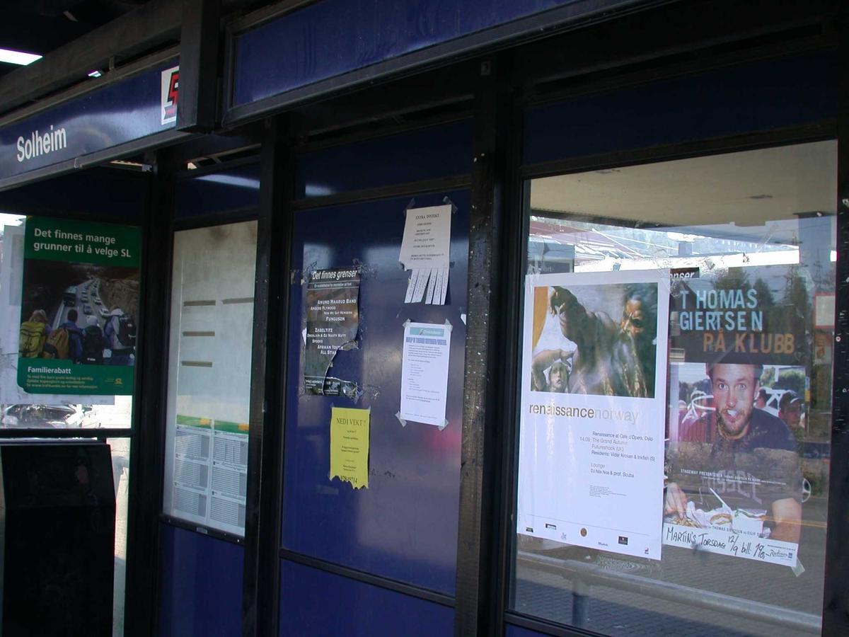 Informasjonstavle i bussskuret ved Solheimkrysset. Fotovinkel: S
