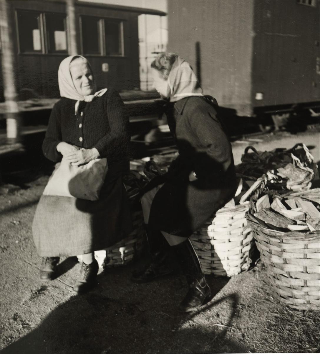 Vogn Co9,...,G57 / G56. Vaskekone Mathea Guldhaugen slår av en prat med Gertrud Engen