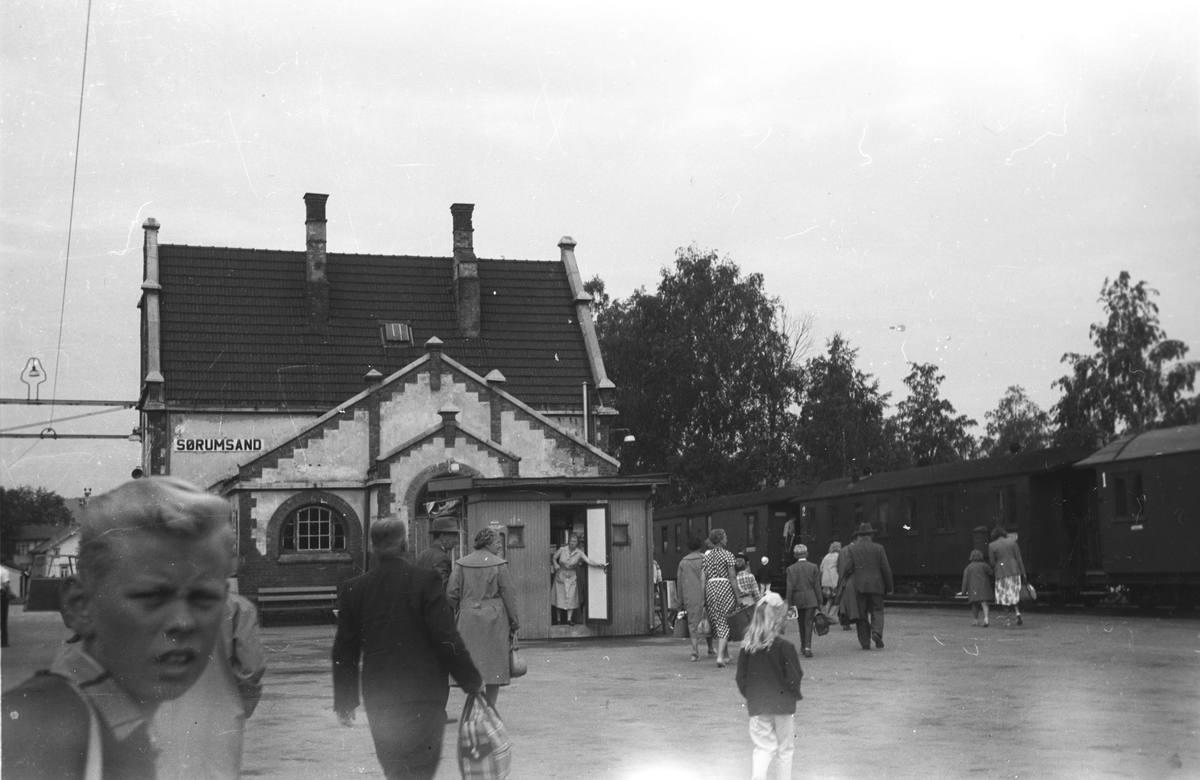 Overgangsreisende fra Kongsvingerbanen til Urskog-Hølandsbanens tog.