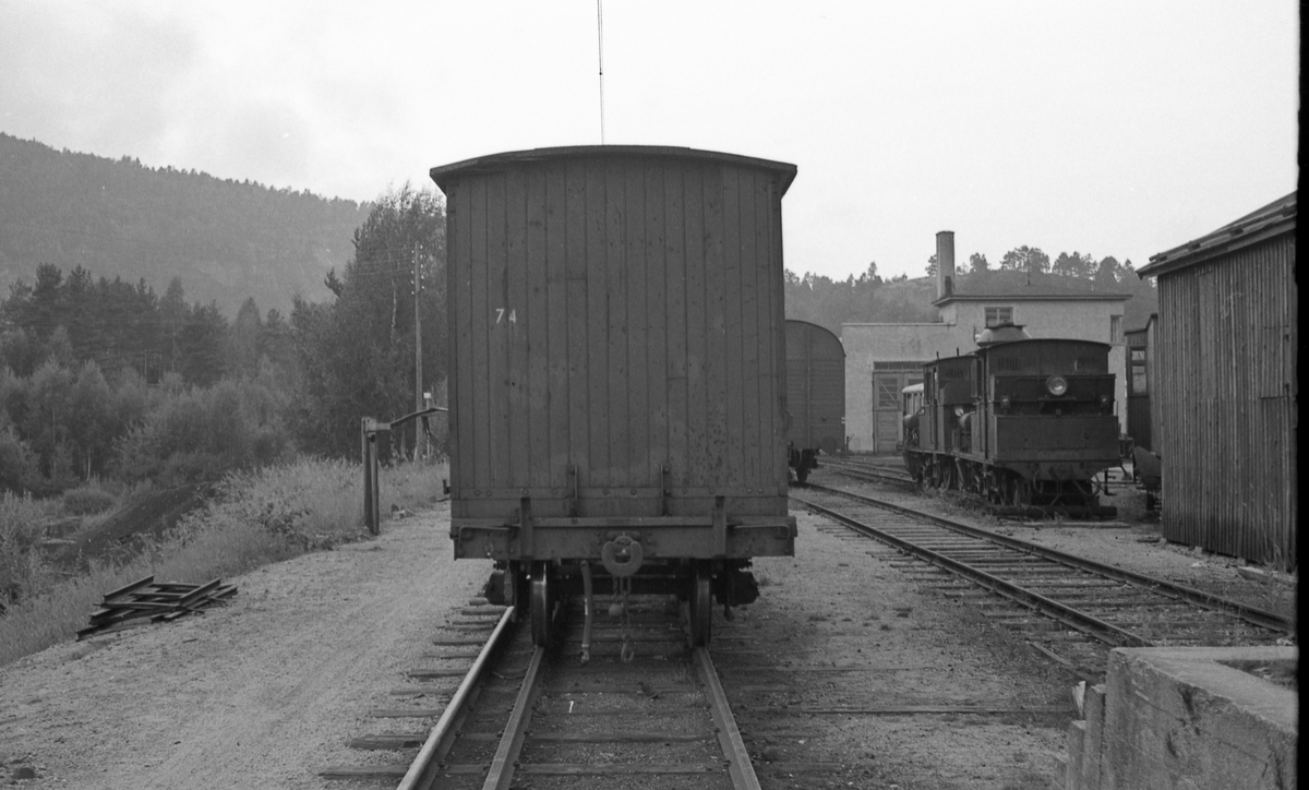Hensatt materiell ved lokomotivstallen på Grovane.