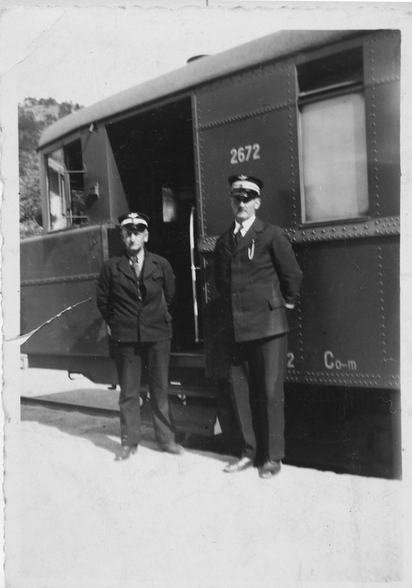 Overkonduktør Henry J. Danielsens og lokomotivfører Tønnesen foran motorvognen Co-m 2672.