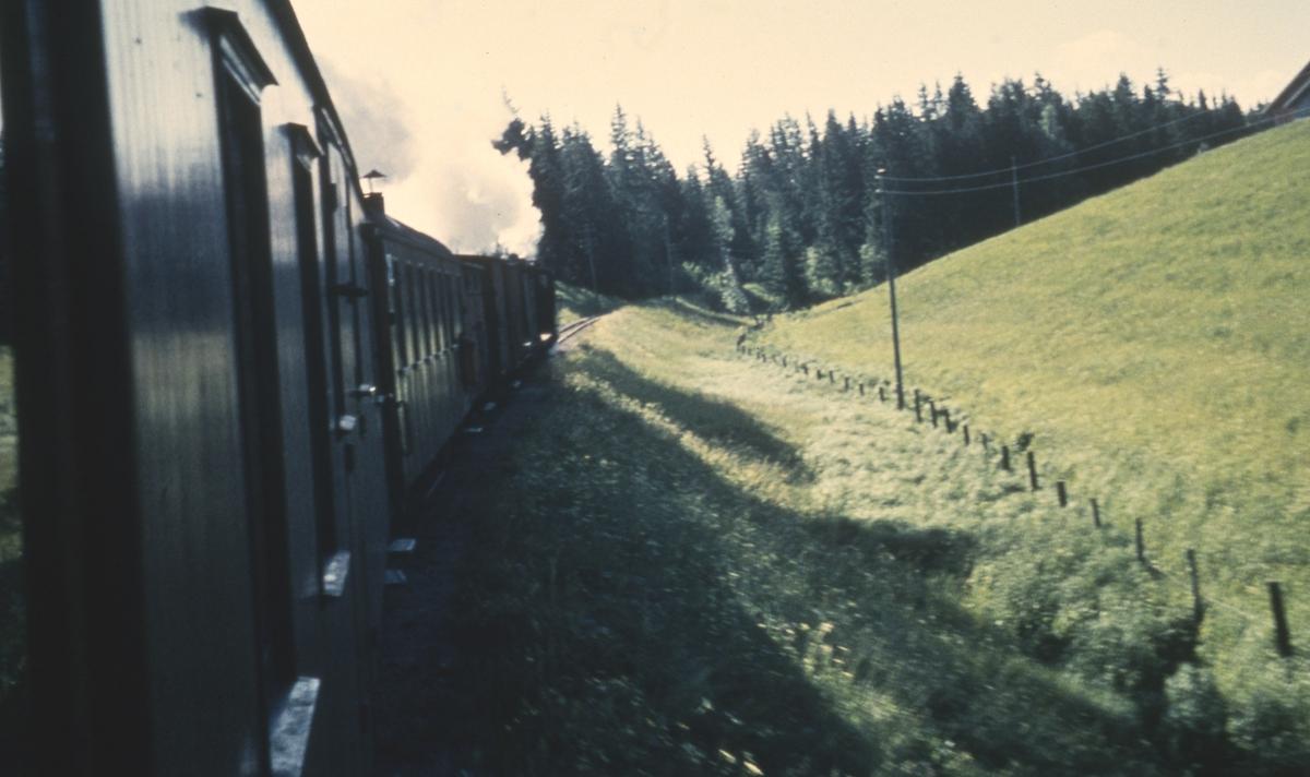 Tog 2051 til Skulerud på vei opp Sætrabakken mellom Sørumsand og Kvevli
