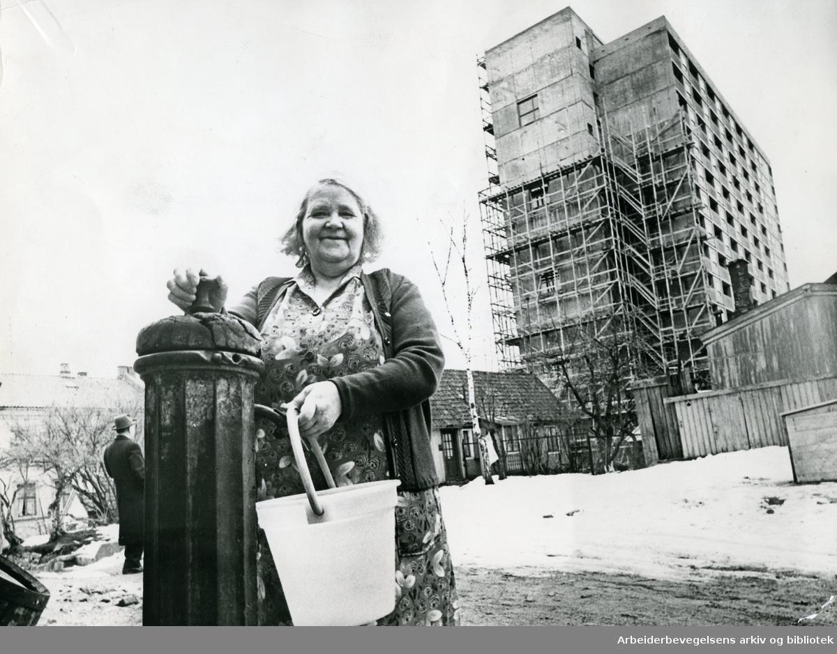 Kontrast mellom den gamle vannposten og de nye byggene som reiser seg på Enerhaugen,.1963