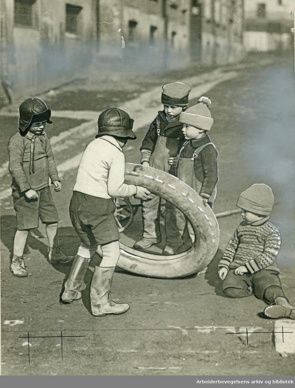 Barn i lek,.1930