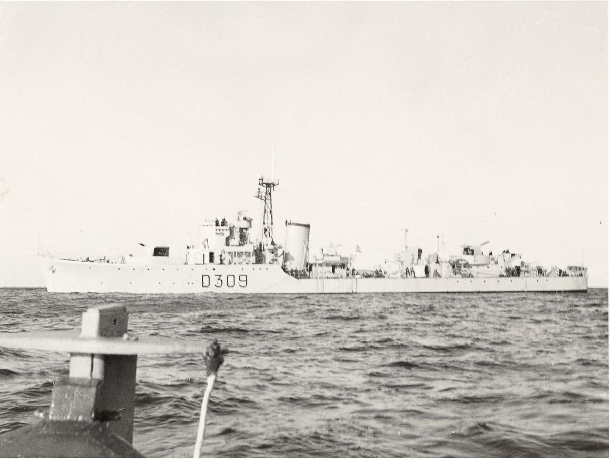 """Motiv: Jageren""""NARVIK"""" (D309)- babord bredside"""