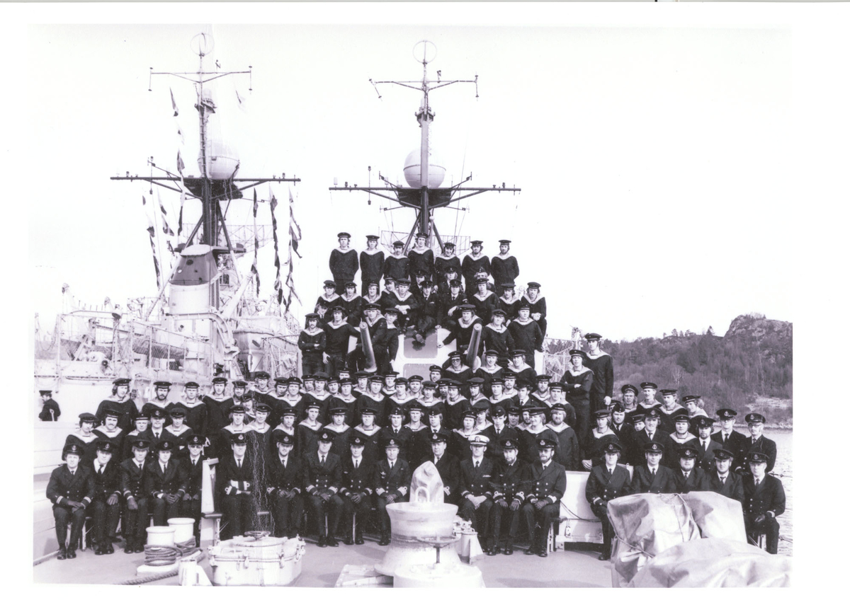 "Oslo-kl.fregatt KNM ""Trondheim"". Besetningen 1974. Haakonsvern. Sjefen Willy Andersen i midten. Til venstr KNM ""Oslo""."