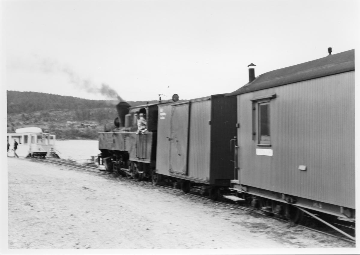Lok 4 Setskogen med tog fra Sørumsand har ankommet dampskipsbryggen på Skulerud med rundereisepassasjerer til D/S Turisten.