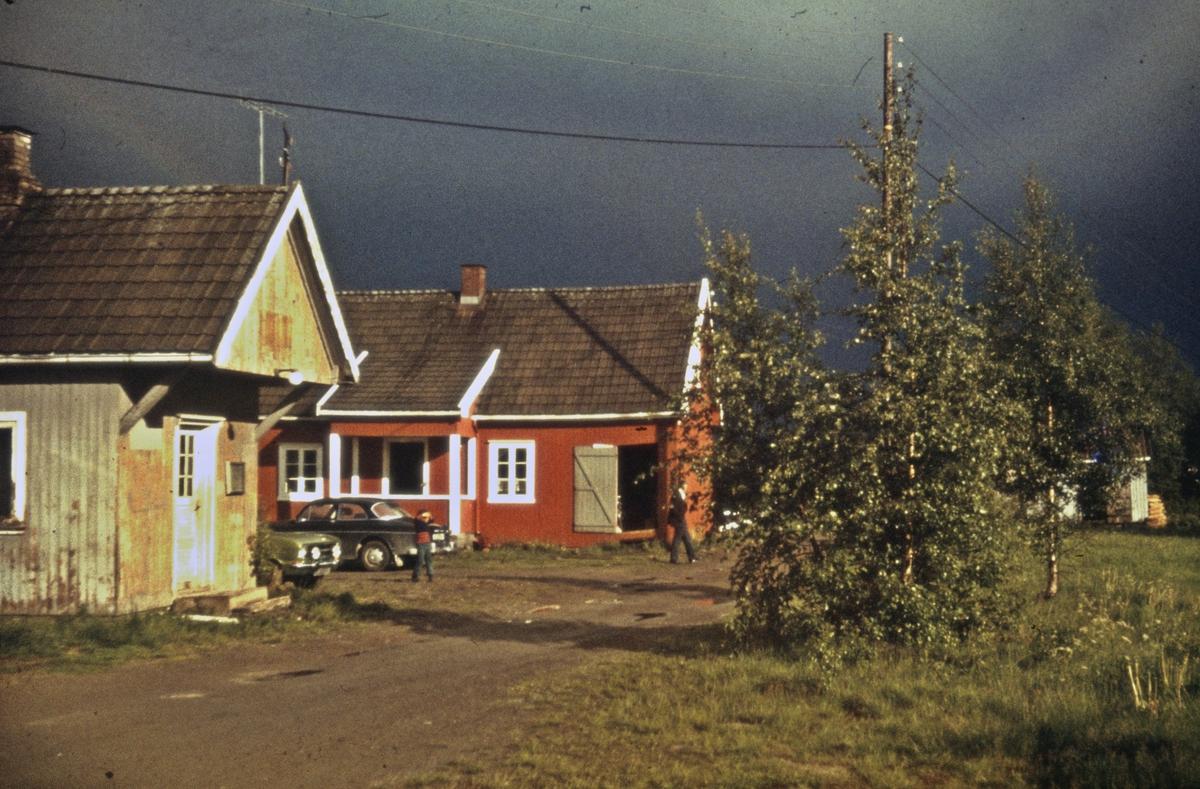 Mork stasjon noen år etter nedleggelsen