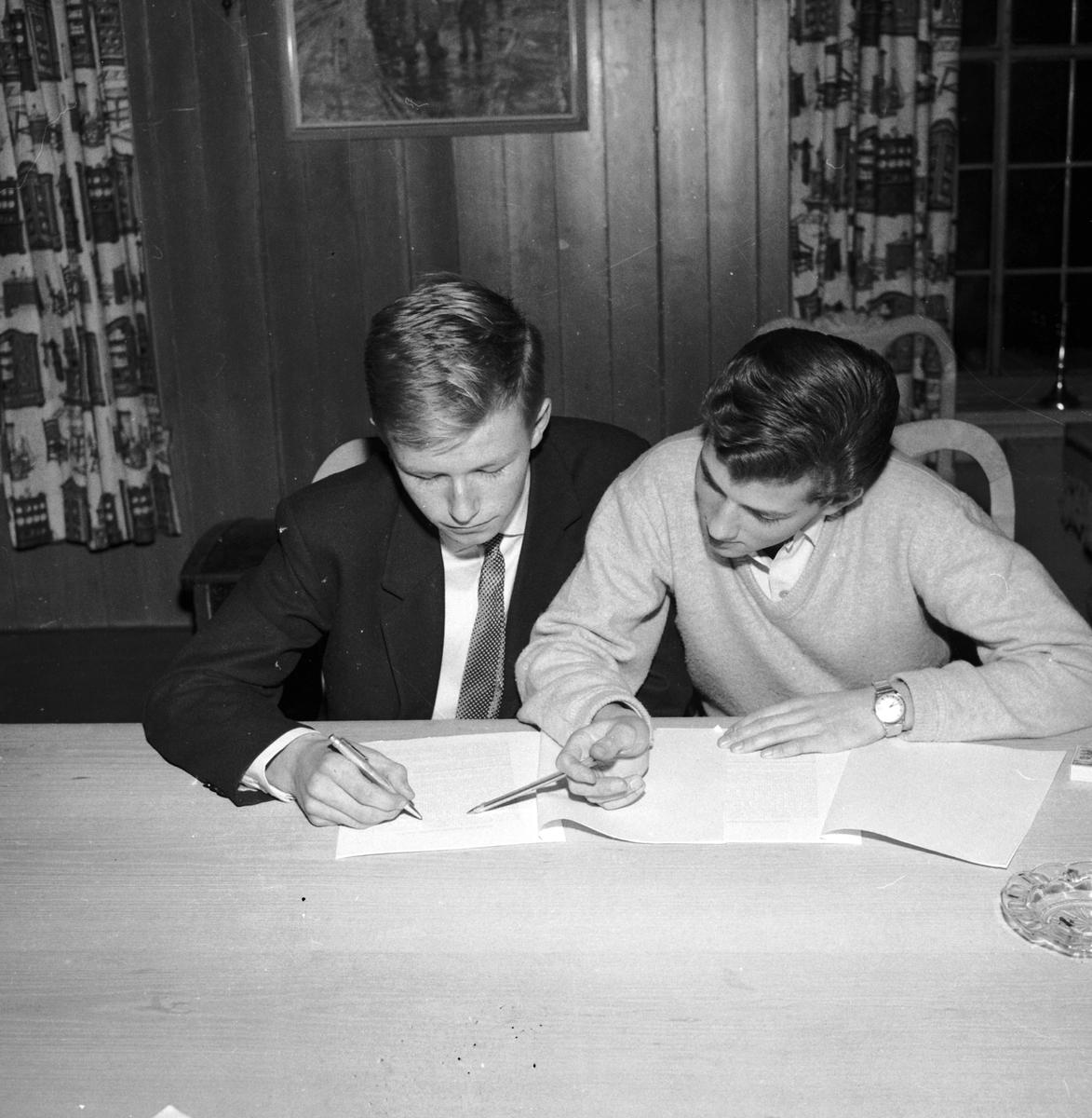 KARL TEXNES (T. V. ) OG TORMOD AAS. KURS I HAMAR UNGE HØIRE. (HS 22. NOVEMBER 1960). POLITIKK. STED: HOTELL ASTORIA KOMMUNE: HAMAR DATO:21. 11. 1960 FOTO:EGIL M. KRISTIANSEN