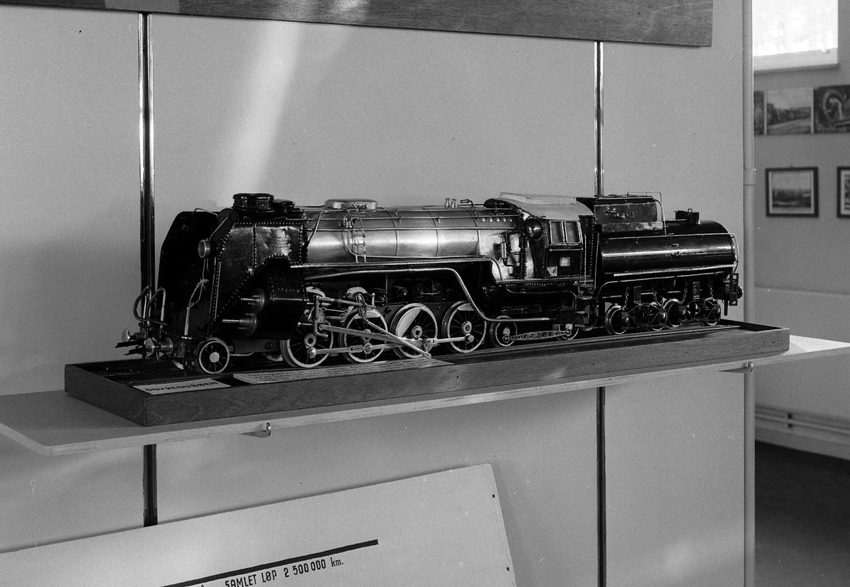 """Modell av NSB damplokomotiv type 49b, lok nr. 465 med såkalt """"booster"""" på løpeboggien bak. Lokomotiv 465 var i drift fra 1935-36 til 1957. Boosteren avmontert etter kort tid. Loket tilsvarte deretter type 49a. Dette er av de såkalte Dovregubbene."""