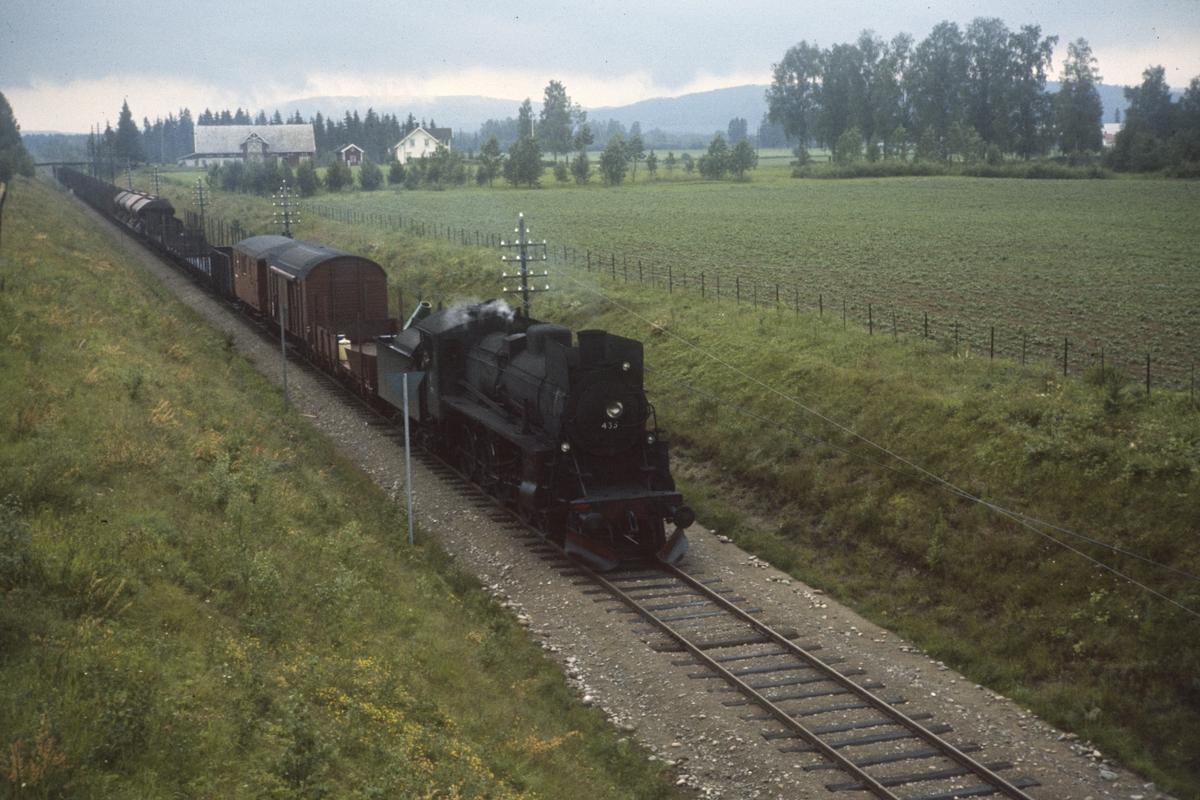 Godstog på Solørbanen nær Kirkenær. Toget underveis mot Elverum og trekkes av damplok type 26c nr. 433.