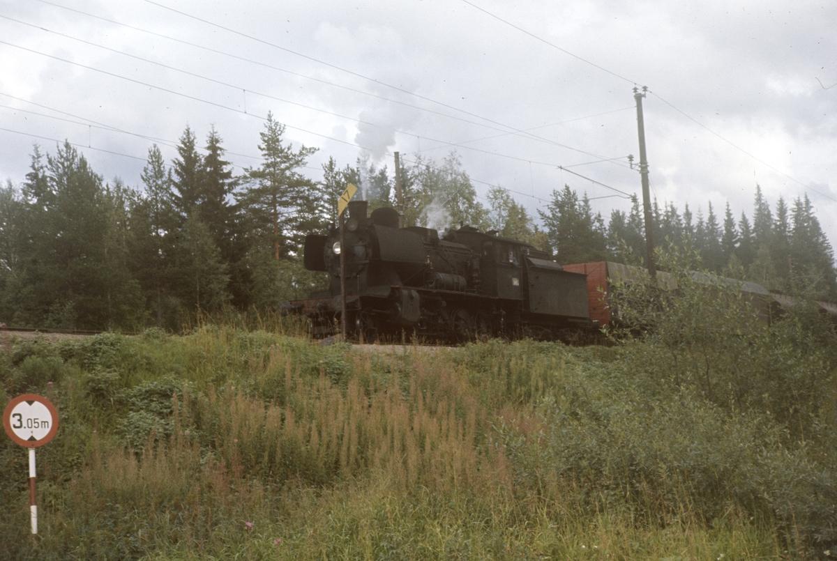 Godstog til Skreia underveis mellom Eina og Reinsvoll. Damplok type 24b nr. 264.
