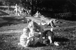 Kvinne, gutt og hund på feriehjemmet Kirkevik på Nesodden, c
