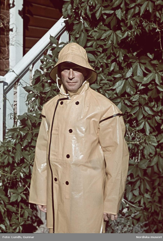 Man i gul regnrock och sydväst. Möjligen fotograf Gunnar Lundh.