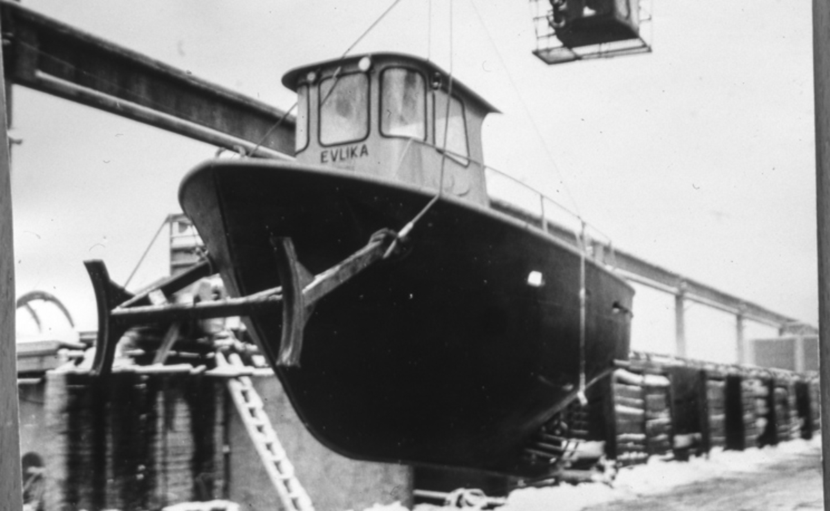 """Båten """"EVLIKA"""" heises på land."""