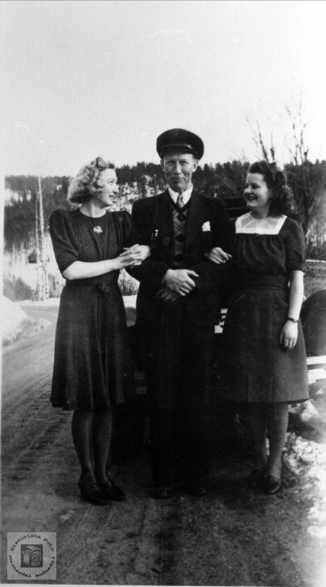 Portrett av Ragna Sølvskar, Odin Tønnesland og Ruth Sundet g. Larsen, Bjelland.