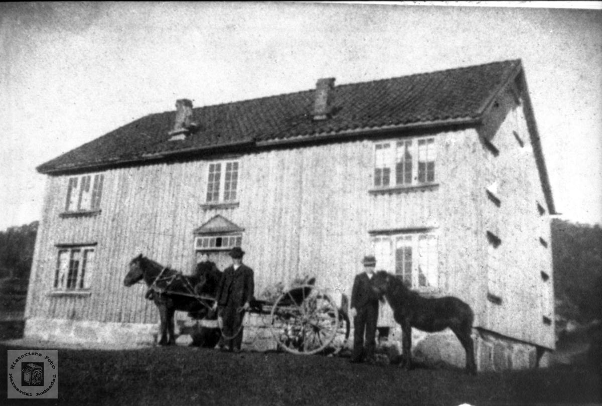 """Gamlehusa """"Der ute"""" på Bjerland, Bjelland."""
