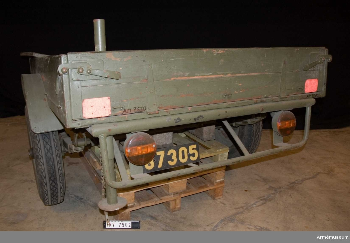 Släpkärra 51, modell GMSL-5. Max axeltryck 1060 kg. Maxlast 820 kg. Största hjultryck 525 kg. Märkt KATF/FA 75 (8/72).