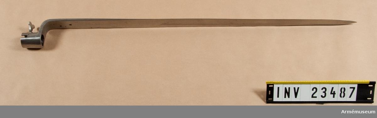 Grupp E II b.  Bajonetten överenstämmer fullkomligt med den, som hör till AM 1932:4078.   Hylsan är 4,5 cm lång. Bajonettklingan är nedtill 3,5 cm bred och samma bredd har även armen Nedtill har klingan rektangulärt tvärsnitt, men i övrigt är den till större delen eneggad. Ryggen är nedtill 0,7 cm bred. Omkring 19 cm närmast udden har  den dock egg även å ryggsidan.  Vingskruven är avbruten. Nedtill på övergången mellan arm och klinga är på eggsidan ett P inslaget. På klingans insida finns ett inslaget E, en stämpel med bokstäverna E S och en egendomlig stämpel, som liknar en treklöver. Sistnämnda stämpel förekommer även på bajonetten  till AM 1932:4084 samt ibland på värjor m/1685.