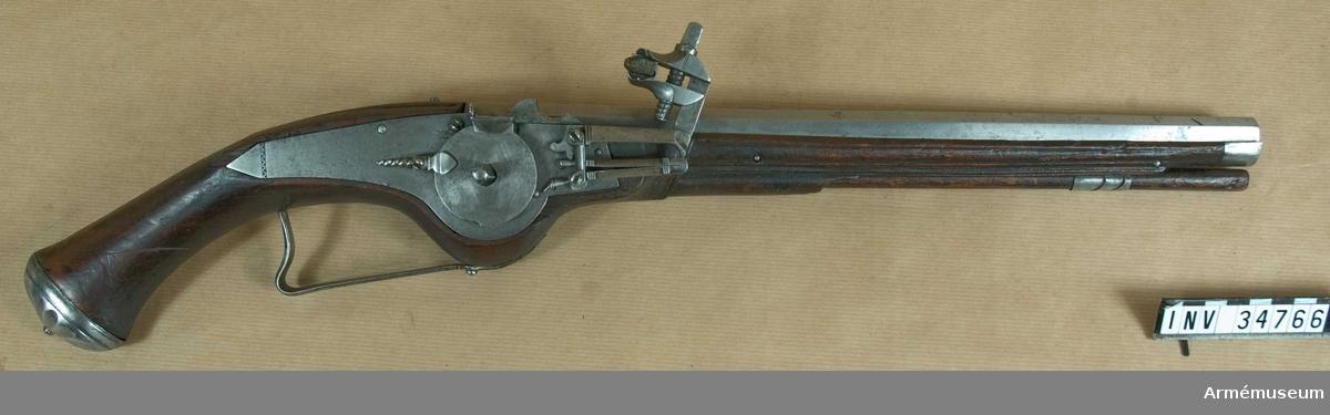 Grupp E III a.  Loppets rel. l:26,5 kal. Pistolen är par med och fullkomligt lik AM 34765. Den har laddstock av trä. Avtryckaren saknas och bakom låsbleckets spets fattas en bit trä. Härkomst o.s.v. som AM 34765. J. Alm