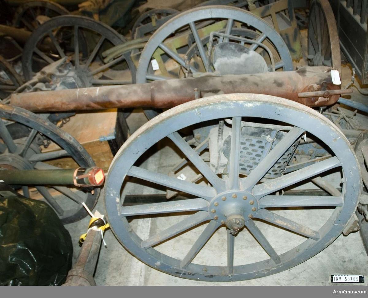 Grupp F I. Kanonen är förändrad för metallkardus. Provpjäs inrättad för metallpatron, med lavett, föreställare och delvis utredning, den senare till följd av bakladdningsmekanismens aptering för metallpatroner. Se även kapten F.A. Spaks katalog 1914.