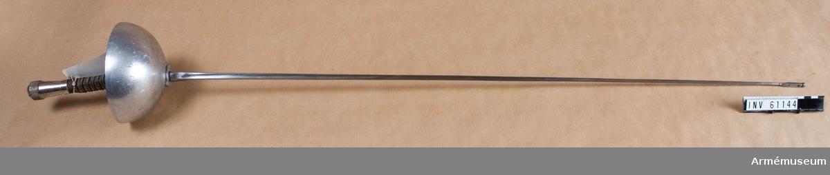 Grupp D III. Klingans längd inklusive el Pointe D'arrét är 90 mm. Vikten skall understiga 750 g. Parerplåten är decentrerad och decentreringen får ej överstiga 35 mm. Parerplåtens diameter är 135 mm. Djupet skall vara 30 max 50 mm. Efter år 1953 anbefalldes vissa änringar på den elektriska spetsens fastsättning. Klingspetsgängan ändrades från en gänga på 3,5 mm till 4 mm, jämte flera andra ändringar. El Pointe D'arrét: Det tryck som behöver utövas på spetsen för  att framkalla signal skall överstiga 750 gr. Slaglängden får ej överstiga 1,5 mm, kontaktsvägen överstiga 1 mm och den resterande slaglängden efter erhållen kontakt understiga 0,5 mm. Elhylsan får fästas vid klingan endast med en gängning på  klingan, vilken också kan säkringslödas med en tennlödning.