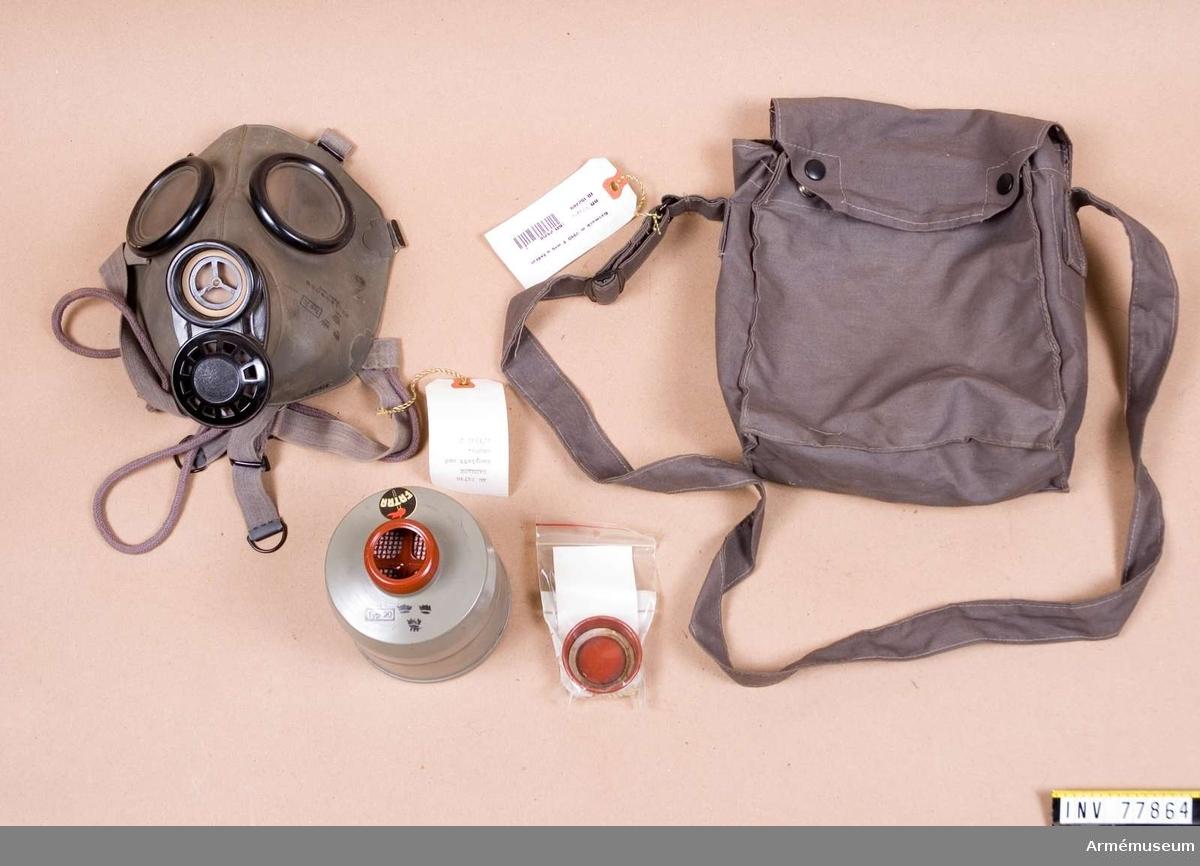 Grupp J. Består av ett ansiktsskydd m/1940 T, en behållare m/1940 T och en väska m/1940 T.