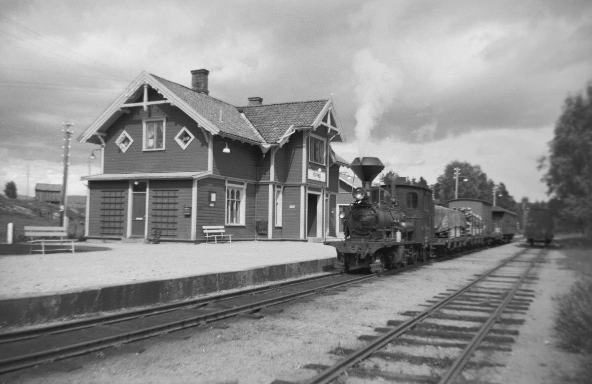 Blandet tog trukket av damplok nr. 2 på Hornnes stasjon på Setesdalsbanen
