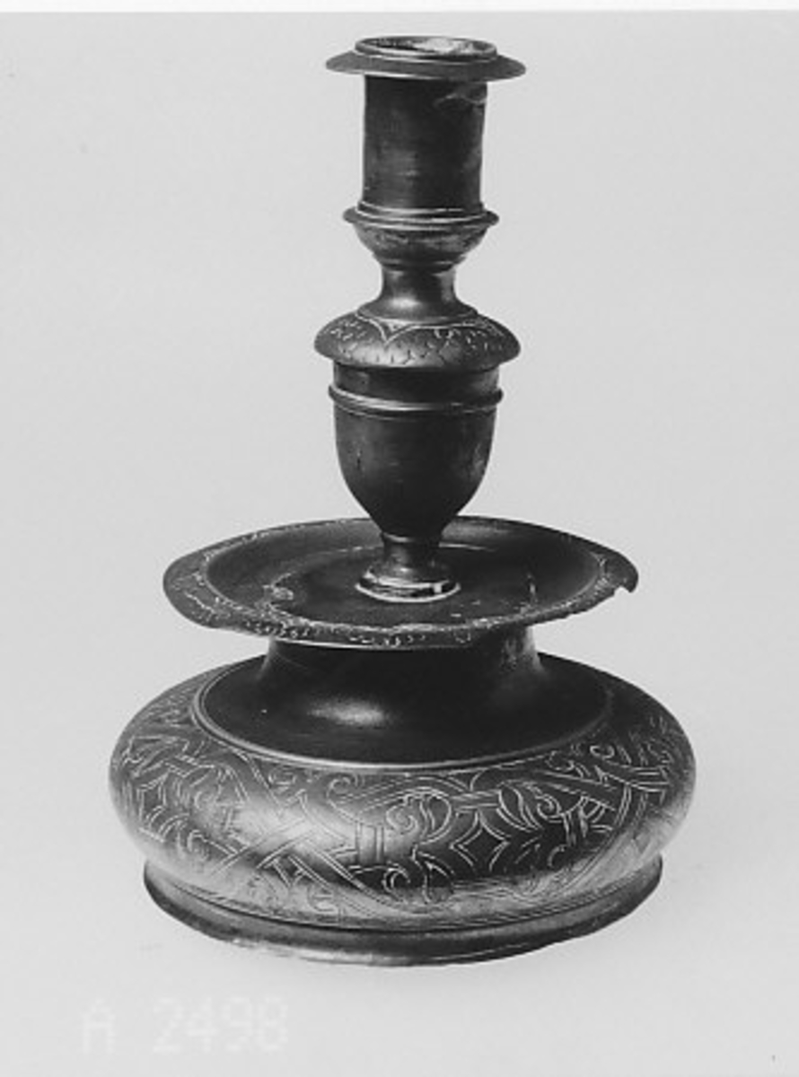 Form: Sirkelformet tverrsnitt, profilert med mansjett over foten. Hallst. Barokk type