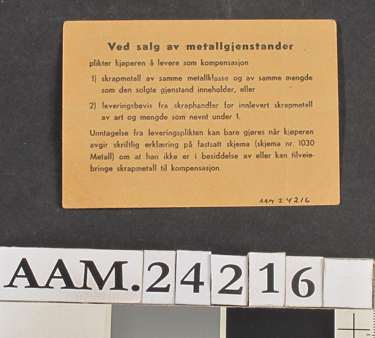 """Kjøpekort for kjøkkenutstyr, 1945 Småmønstret papir med overskrift som over. Føyd til med blekk:  Sigurd Braastad , Arendal , har rett til kjøp av 1 en mugge. Arendal 1/5 1945. Nr. 23688. På baksiden: regler """"Ved salg av metall."""""""