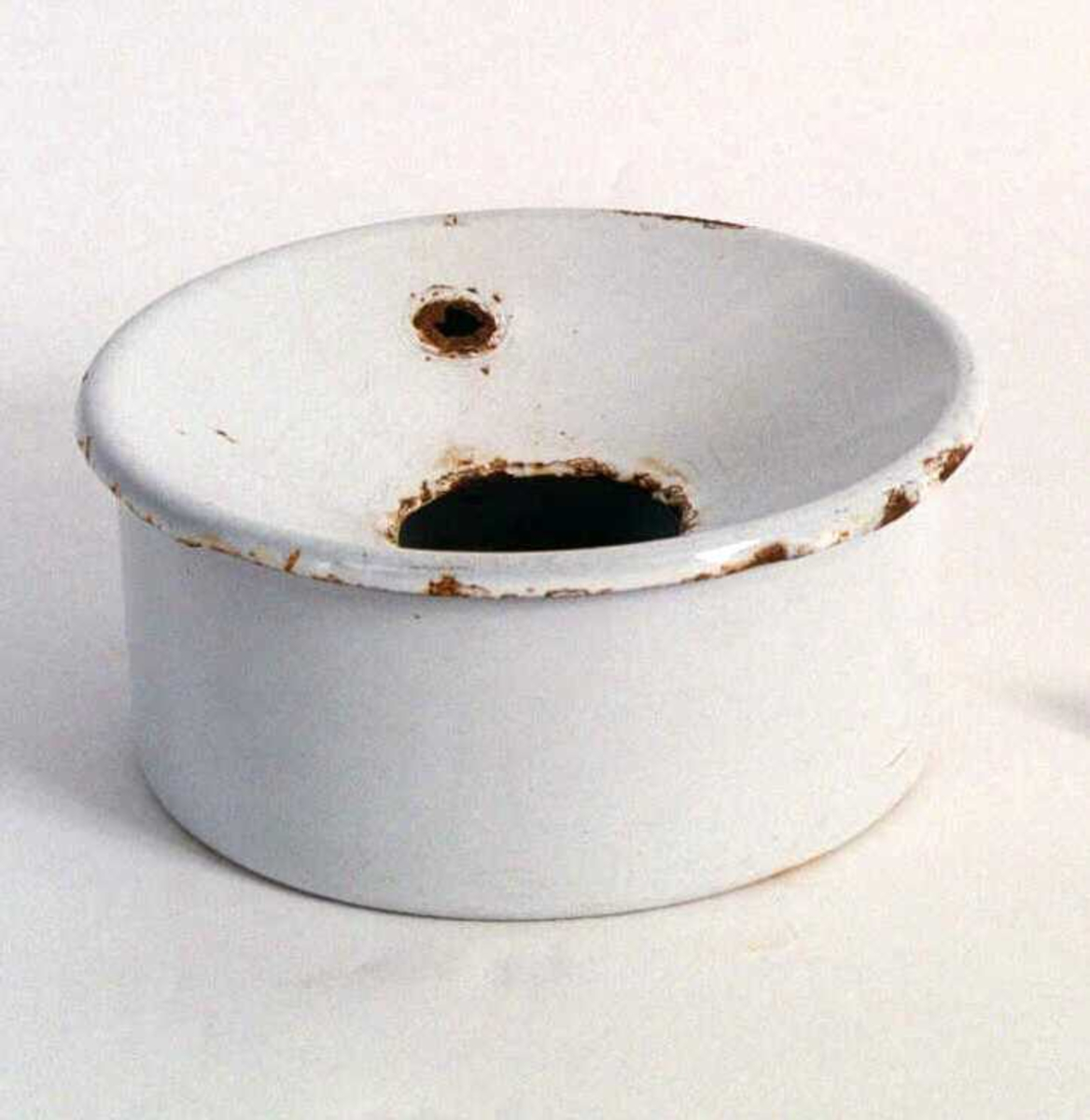 Form: Rund,  to  deler, beholder og trakt på toppen.