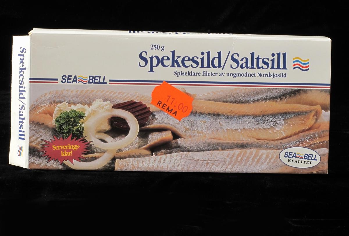 På forsiden spekesildfilet med løk,rødbet og dill . På baksiden midre bilde med spekesild, poteter og grønnsaker på hvit talllerken.mot beige duk.