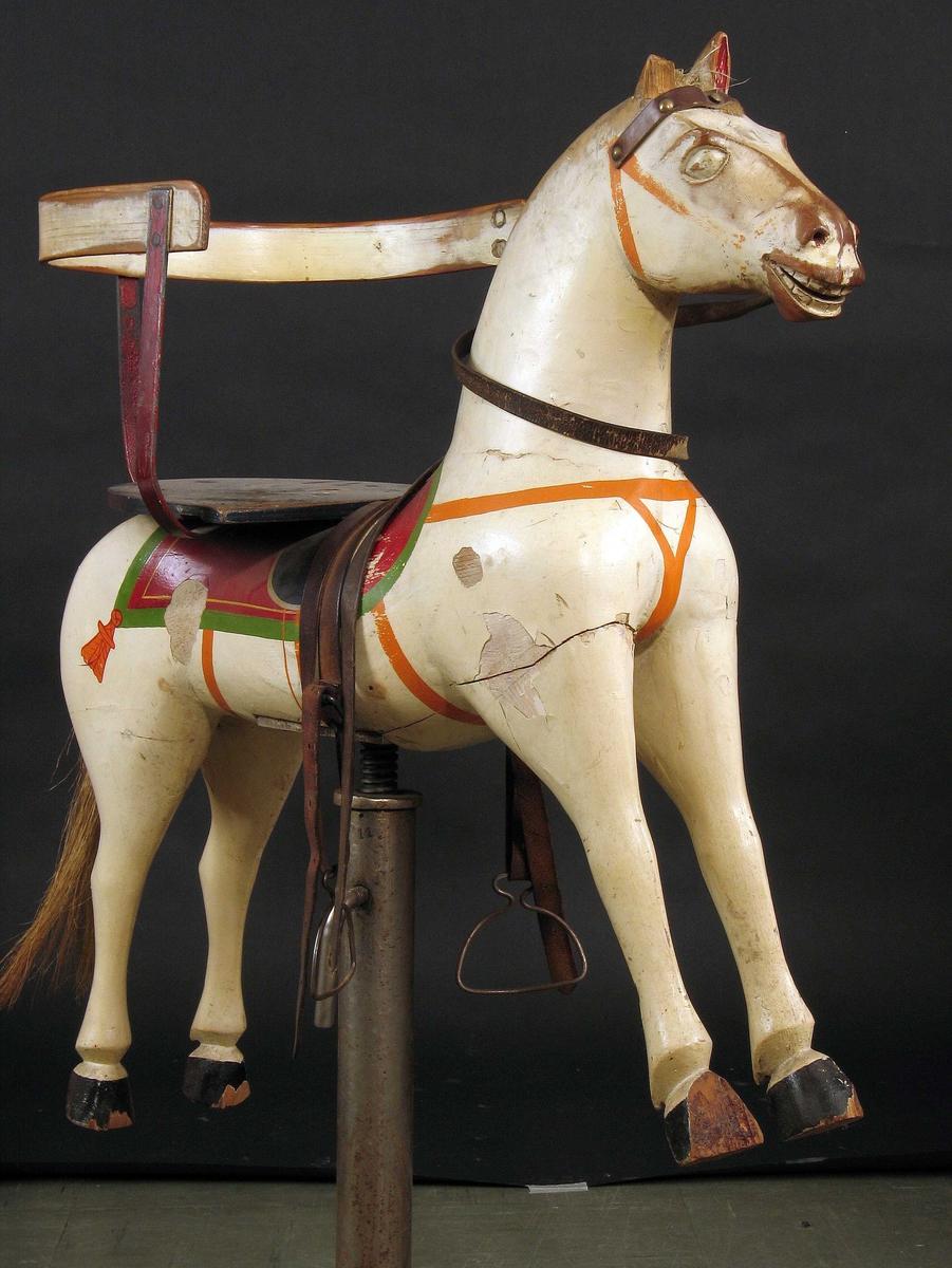 Hesteskulptur, montert på stativ.