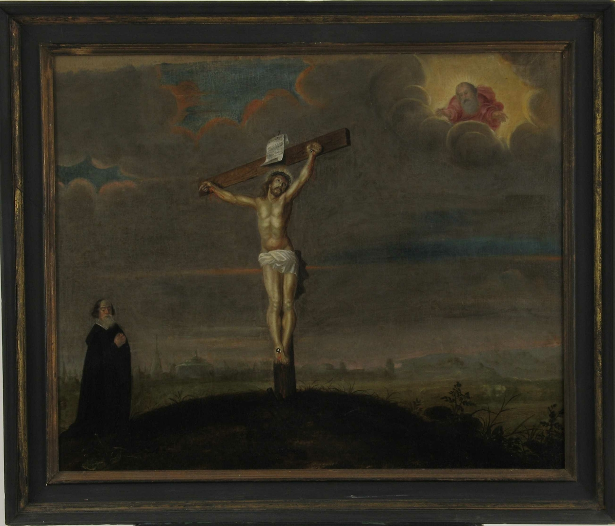 Kristus på korset,/ Gud Fader/ Golgatahaugen/ donatorportrett. Donatorportrett av prokurator Hans Nielsen Friis  1673.   Midt i bildet, noe til venstre, Kristus på korset,  i korset sett pespektivisk skrått,  Kristus dreiet ansiktet opp mot høyre, i øvre høyre billedhjørne  sees   Gud Fader åpenbare seg i skyen, omgitt av lys,  i rødt flagrende gevant, med utrstrakte hender ned mot  sønnen på korset. Lav horisont, mørk gråbrun, skyet  himmel, enkelte gløtt av blå aftenhimmel. I forgr.   Golgatahaugen  med grønne vekster, gress og urter,  nitid utført slik som i I. C. Dahls Præstøbilde, men  holdt i brungrønt. Bakgrunnen sløret av luftperspektiv - et hauget, kupert landskap m. koller og trær,  silhuetten av en by med tårn og kupler - Jerusalem - og t. h. blå fjell og åser i horisonten.  Helt t. v. i forgr. sees  donatoren, prokurator Hans Nielsen Friis av den adelige Landvig-ætt, stående i  tilbedelse, ellers er landskapet uten mennesker. Den stående mann, som sikkert  er et portrett, så karakterfullt som det er, er iført  fotsid sort kappe med flat hvit krave. Han har langt  hvitt fullskjegg og langt, mørkblondt hår.  Tross enkelte maleriske mangler, spes. den klossete hersker i skyen, samt  Kristi lår og ben som ikke  henger sammen med overkroppen, er bildet godt malt, landskapebakgrunnen og den skyete himmel kan bringe  tanken hen på Elias Fiigenschoug og hans Halsnøy bilde (repr. Det norske folks liv og historie s.)