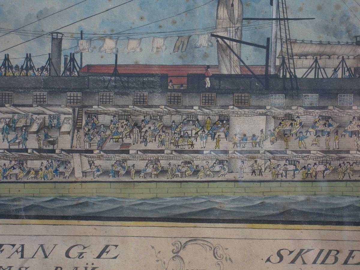 Kriigs Fange Skibet Bahama i Gillinghams Bay wed Chatham. Lengdesnitt gjennom fangeskipet  som viser livet på de to fangedekk ombord.  Fangene kledd i blått og  gult, vaktene i rødt. Skipet avrigget og forankret. Union Jack  på baug og hekk.