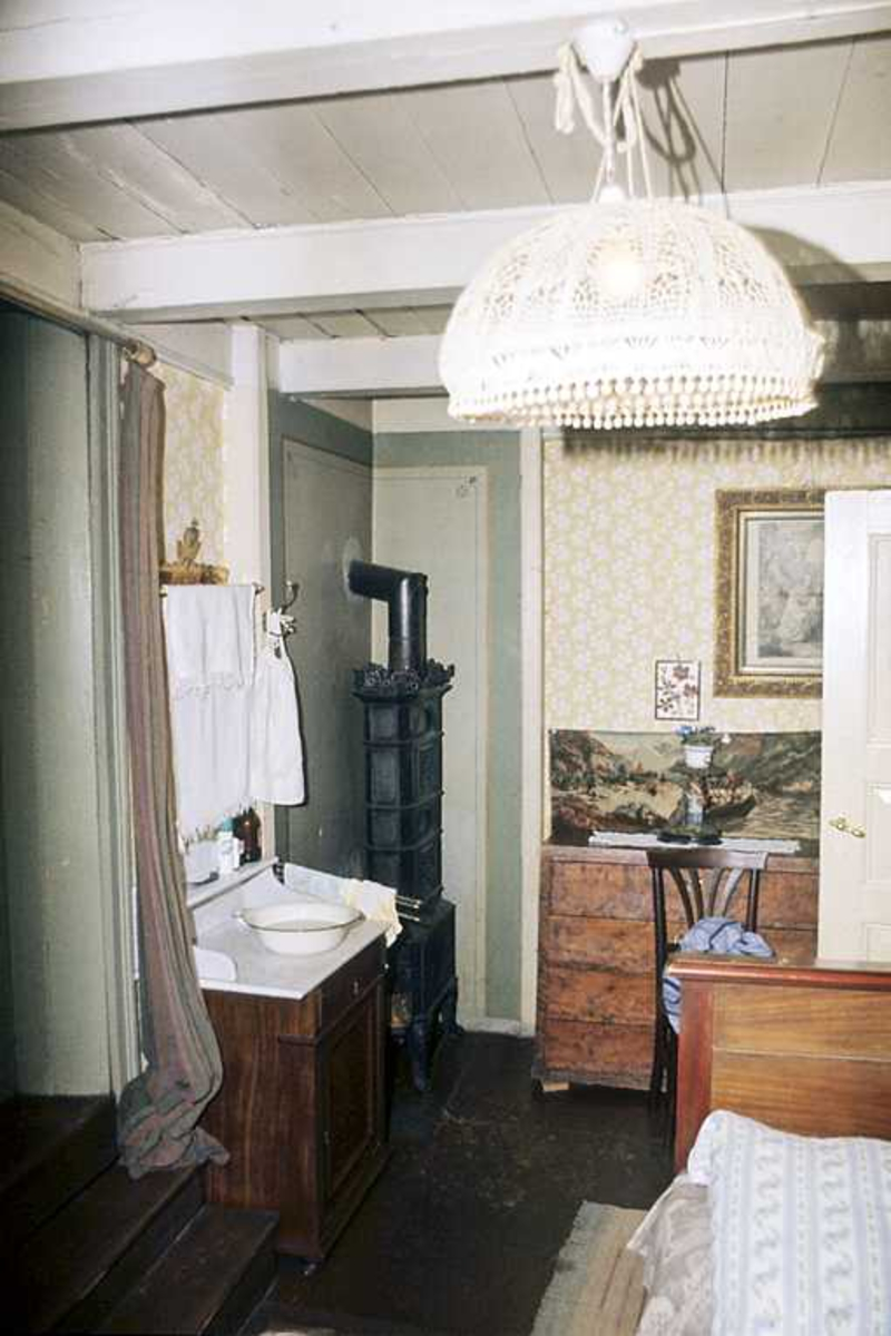 Fagforeningens hus, Albrechtsens leilighet. Interiør. Soverom, hjørne av seng i forgr., vaskeservant, ovn, kommode.