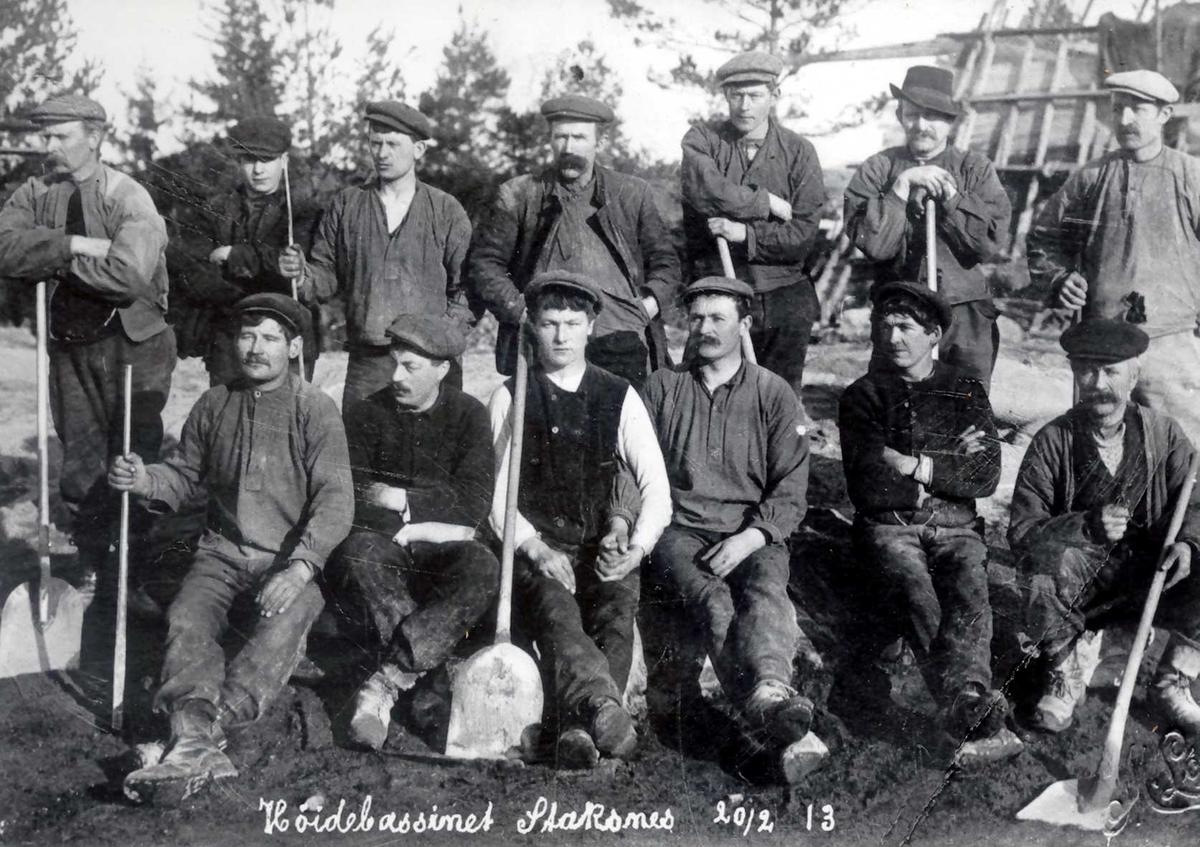 """""""20/02-1913"""" Nitriden. Arbeidslaget på høydebassenget for trykkvann til bedriftene Smelteverket og Nitriden. Spader for blanding av betong. Forskjellig arbeidstøy."""