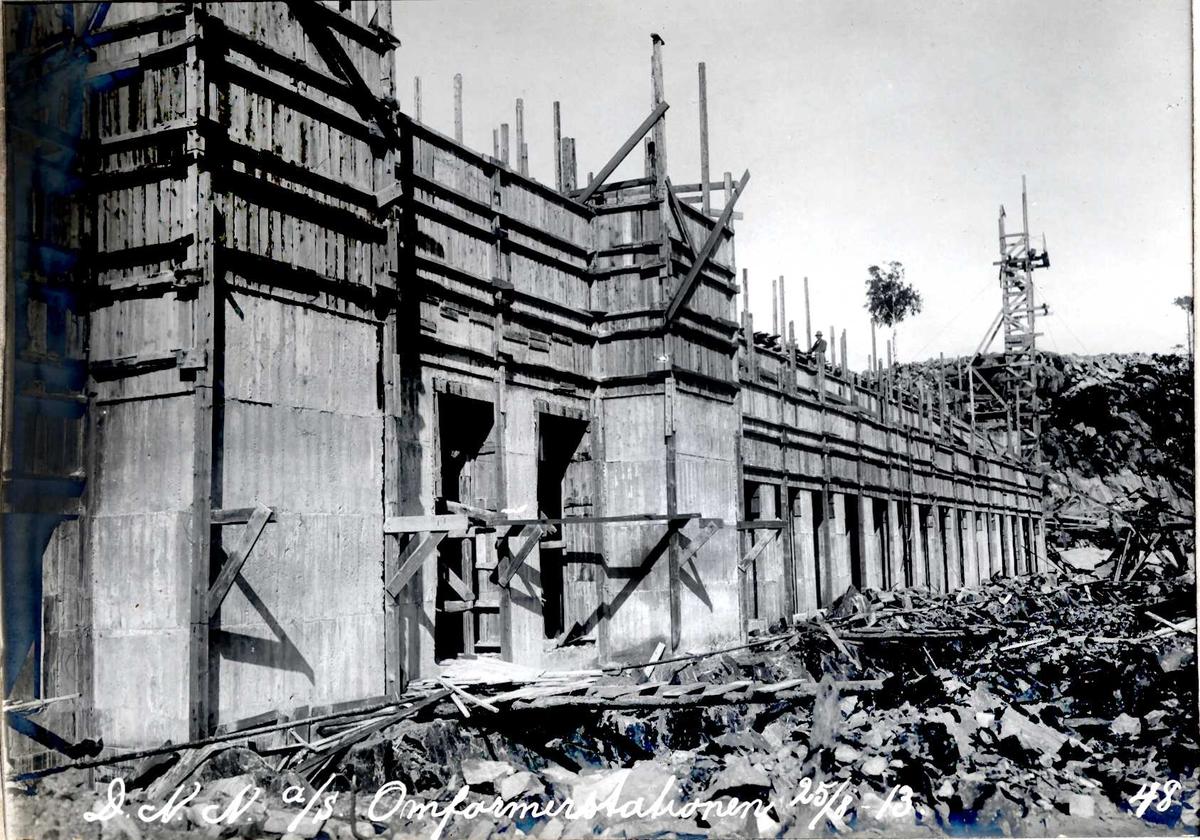 """""""25/08-1913"""" Nitriden. Underetasjen for omformerstasjonen ferdig støpt. Heisanordning for betong."""