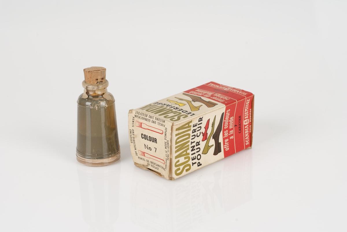 Lærfarge i en glassflaske. Flasken ligger i en pappeske. I esken ligger også en pensel med stål- og treskaft.