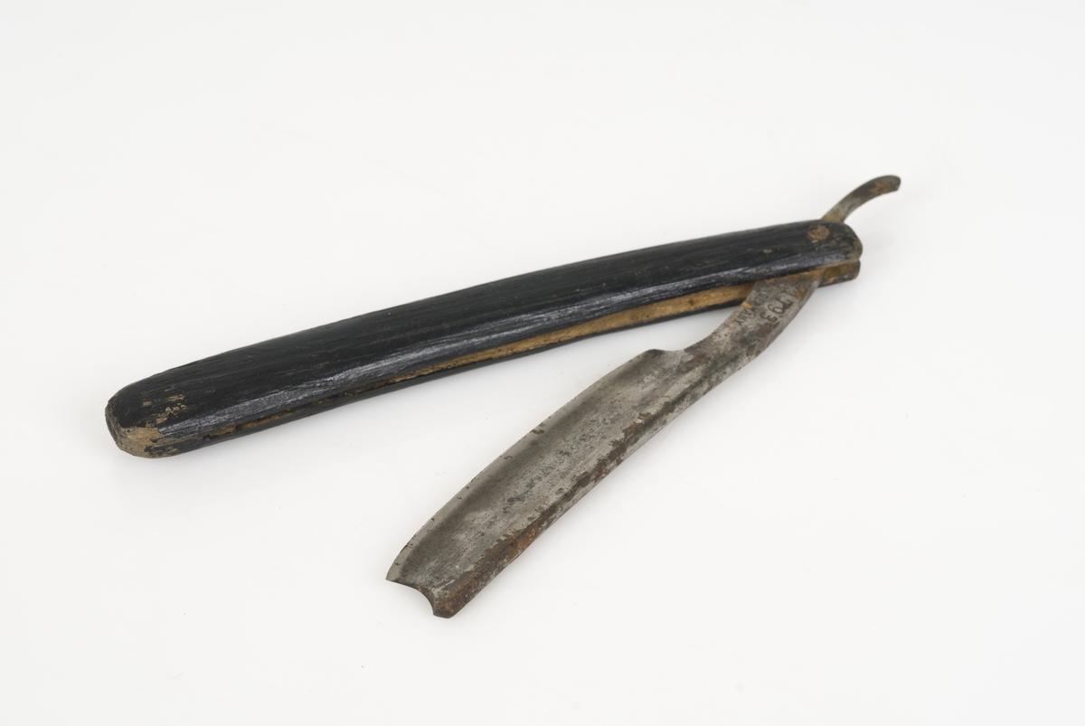Barberkniv av metall med treskaft.