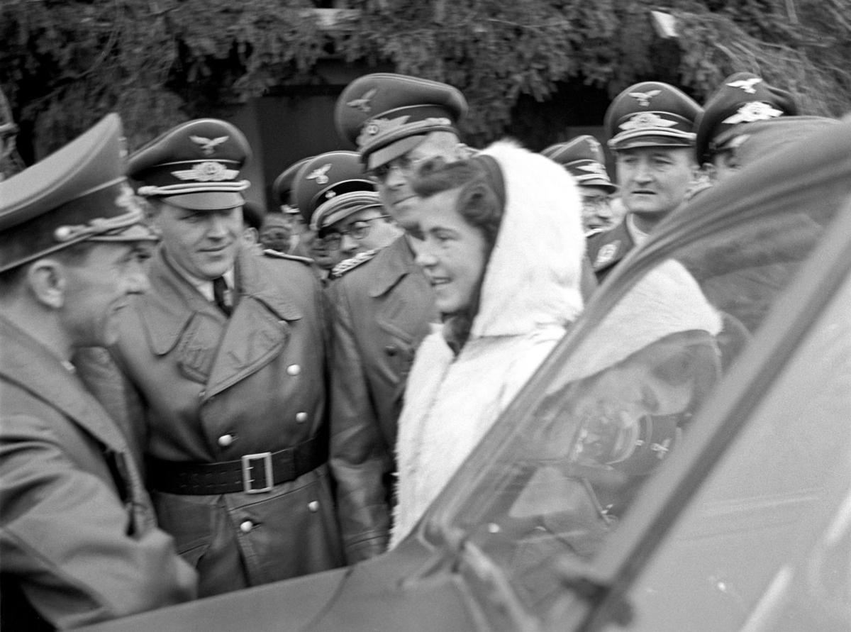 Goebbels på Gardermoen. En tilskuer som får hilse på Goebbels.