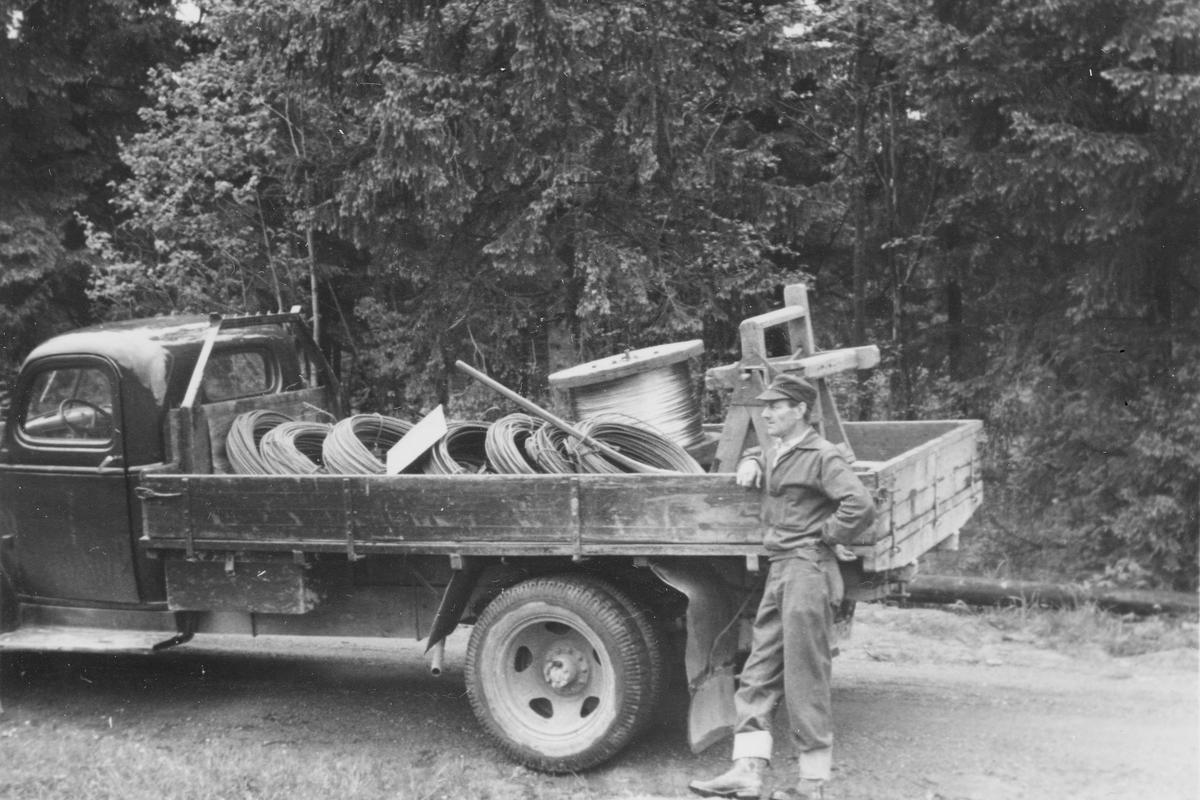 Skjettenkollen/Bråteskauen. Sverre ved lastebil med kabler.