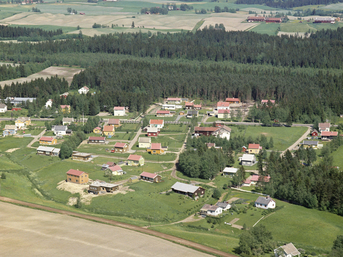 KLØFTA NORD  Haugergårdene oppe til h.