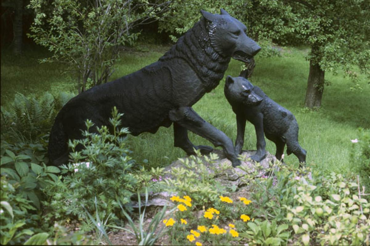 Skulptur Ulv med unge av Anne Grimdalen.