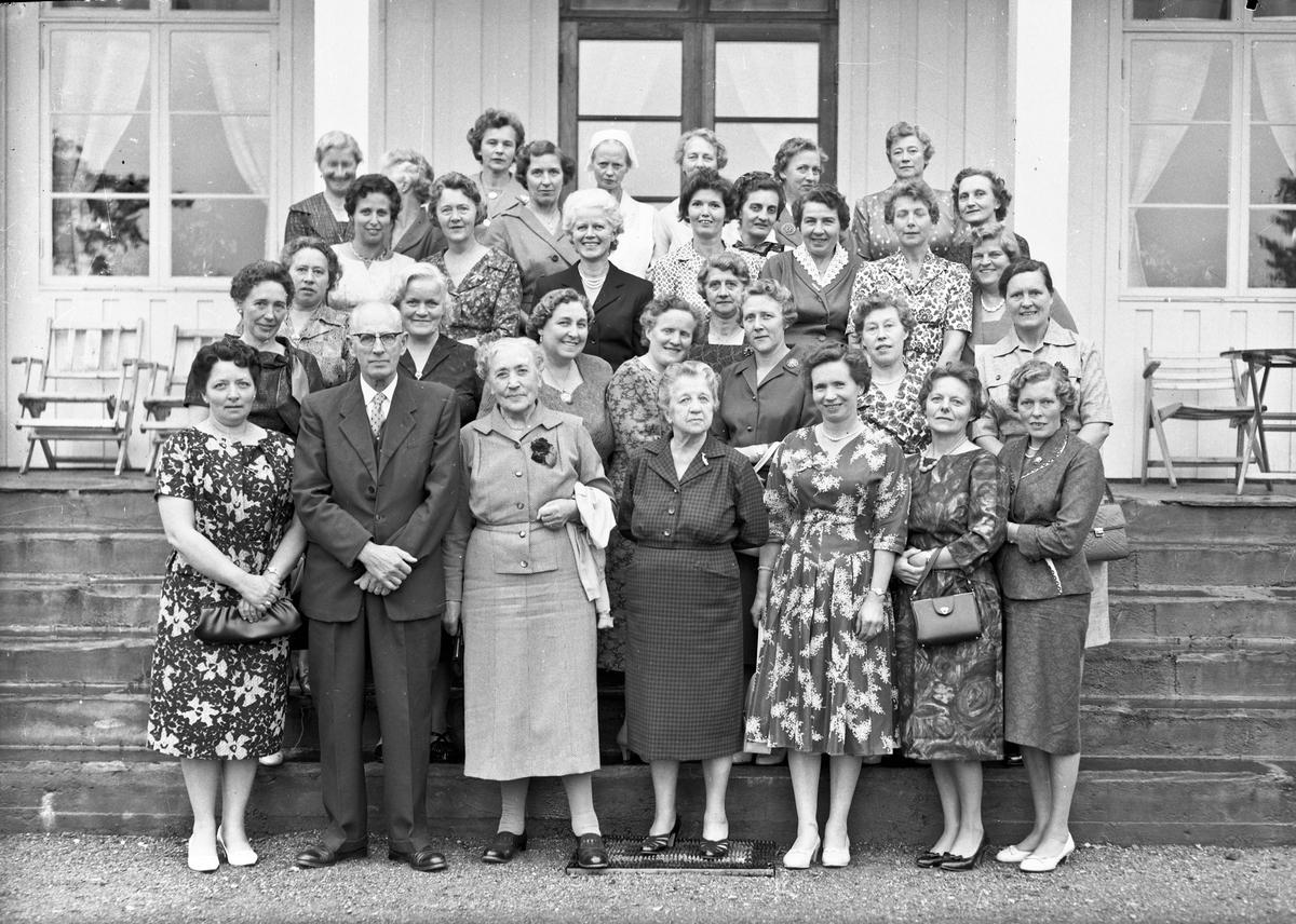 Gruppe. Otto Norheim og bestyrer Helene Hval foran. Sannsynligvis jubileum på Akershus Fylkes Husmorskole.