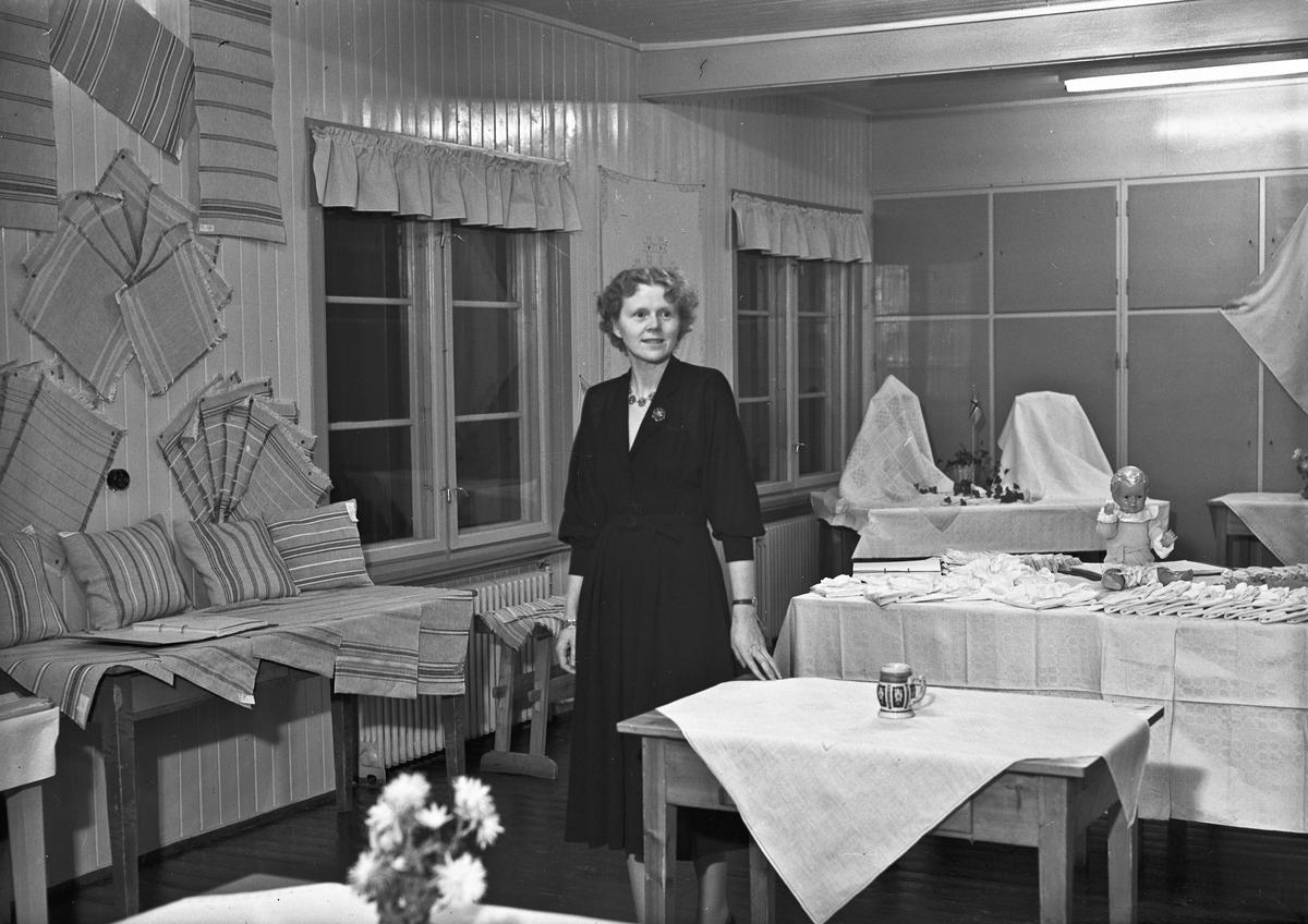 Utstilling av håndarbeid. Akershus Fylkes Husmorskole. Utstilling av håndarbeid. Styrer Astri Fosser? Hun ble styrer fra 1948.