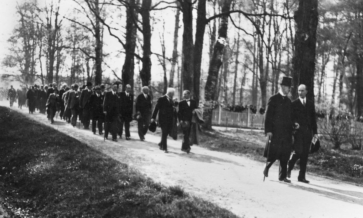 Til middag hos Mathiesen. Kong Haakon og Jørgen Mathiesen. 17. mai 1939 – 125 års jubileum for Grunnloven.