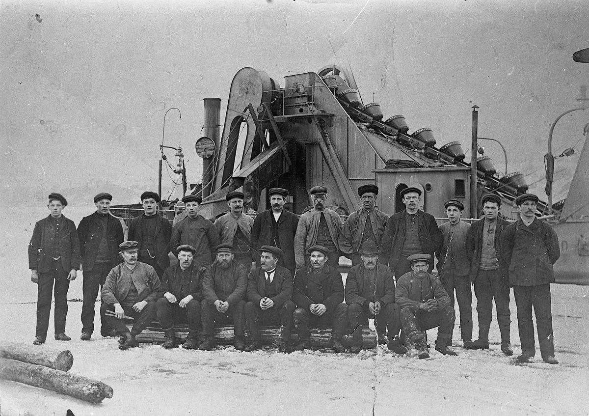 Mannskap på mudringsfartøy. Fartøyet lå lenge ved Fremming-øya ved Minnesund. Ble fjernet utpå 1970-tallet.