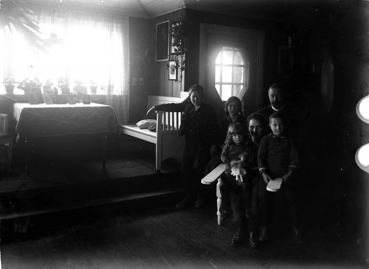 Jon Sørensen - bestyrer på Eidsvoll Folkehøyskole - med familie